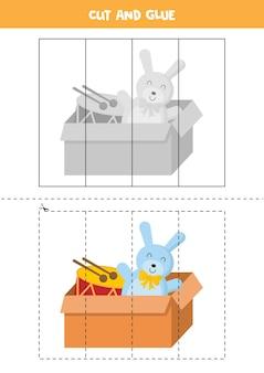 Schneiden und kleben spiel mit cartoon-box voller spielzeug. lernspiel für kinder. puzzle für kinder.