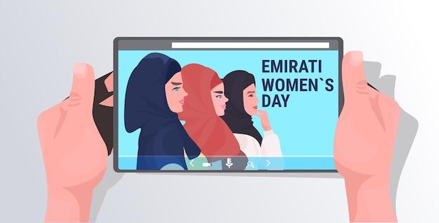 Schöne arabische mädchen auf tablet-bildschirm frauen tragen bunte hijab emirati frauentag grußkarte porträt