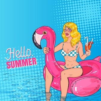 Schöne blonde frau der pop-art mit cocktail, der im pool an der rosa flamingo-matratze schwimmt. glamouröses mädchen im bikini, das sommerferien genießt.