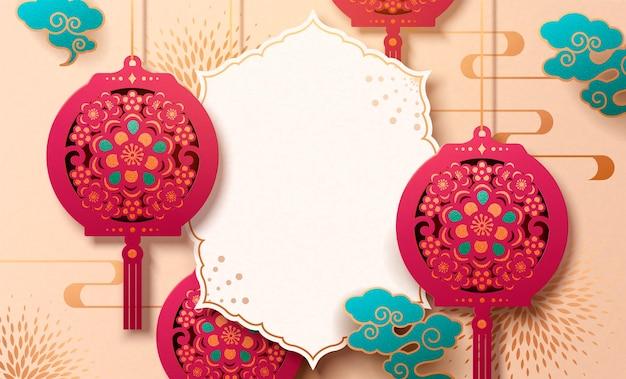 Schöne chinesische papierschnittkarte mit hängenden laternen und kopierraum für grußwörter