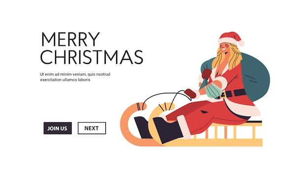 Schöne frau in santa claus kostüm reiten schlitten glückliches neues jahr frohe weihnachtsfeiertag feier konzept in voller länge horizontale kopie raum vektorillustration