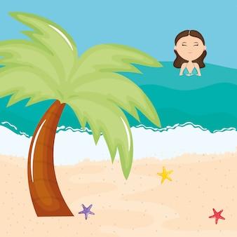 Schöne frau mit badeanzug am strand schwimmen