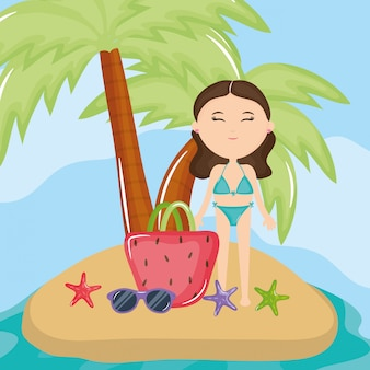 Schöne frau mit badeanzug am strand