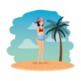 Schöne frau mit badeanzug und handtasche am strand