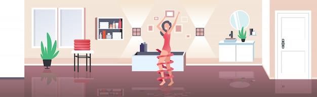 Schöne frau mit perfekt glatter weicher haut körperpflege schönheit gesundheitskonzept modernes bad innenraum horizontal in voller länge