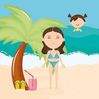 Schöne frau und tochter mit badeanzug am strand