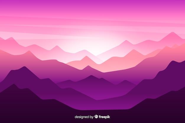 Schöne gebirgskettenlandschaft in den purpurroten schatten