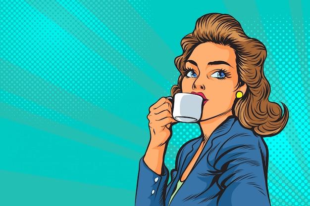 Schöne geschäftsfrau, die morgens kaffee in der pop-art trinkt