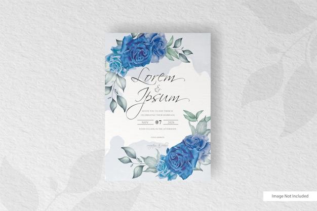 Schöne hochzeitseinladungskarte mit blauem blumen- und aquarellspritzer