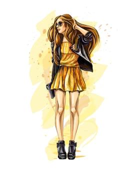 Schöne junge frau mit tasche. hand gezeichnete mode mädchen. model posiert. skizzieren. illustration.