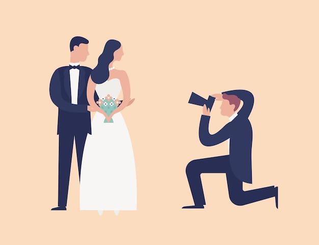 Schöne jungvermählten, die zusammen stehen und für den fotografen posieren, der sie schießt. eleganter mann, der paar mit fotokamera fotografiert