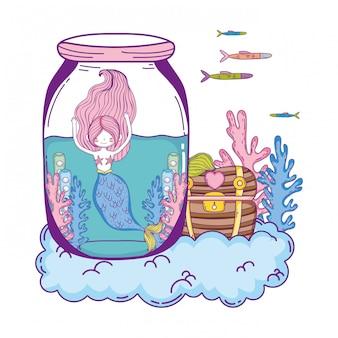 Schöne meerjungfrau im einmachglas mit schatztruhe