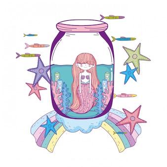 Schöne meerjungfrau im weckglas mit algen