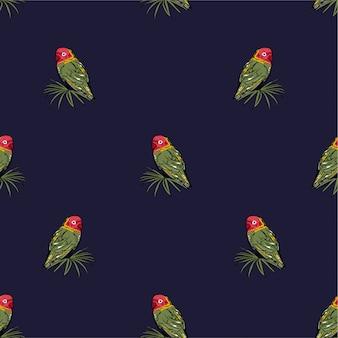Schöne papageienvögel mit nahtlosem muster der tropischen palmblätter