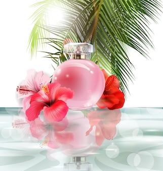 Schöne rosa parfümflasche auf einem hintergrund von wasser, hibiskusblüten und palmblättern. sommer hintergrund. vektor-illustration