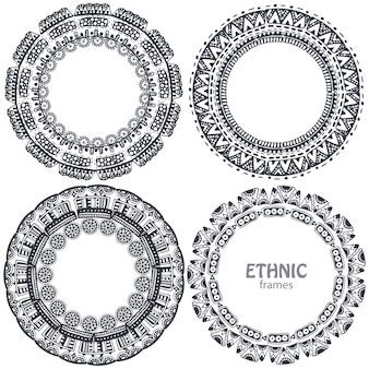 Schöne runde rahmen mit handgezeichneten ethnischen elementen.
