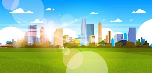 Schöne stadt-skyline mit sonnenlicht über wolkenkratzer-gebäude-stadtbild-konzept-horizontaler illustration