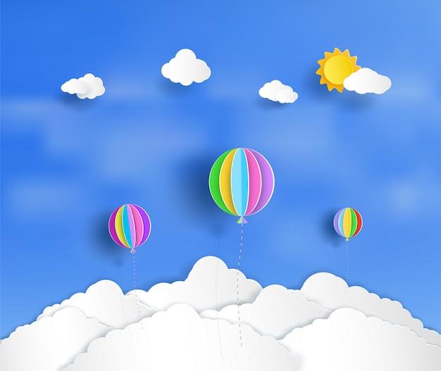 Schöne und bunte luftballons schweben über den wolken.