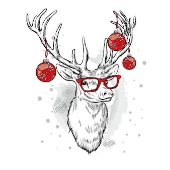 Schöner hirsch mit weihnachtskugeln auf den hörnern.