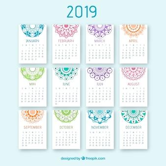 Schöner kalender 2019 mit einem mandalaentwurf