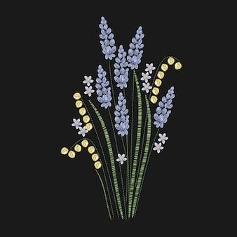 Schöner lavendel gestickt mit lila und grünen stichen auf schwarzem hintergrund. wunderschönes blumenstickmuster mit blühender krautiger pflanze. handarbeiten oder kunsthandwerk. illustration.