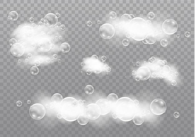 Schöner schaum und blasen auf einem transparenten hintergrund. schaummousse mit blasen.