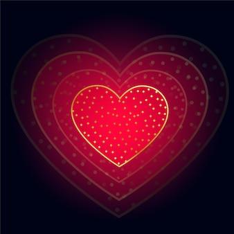 Schönes glühendes rotes herz auf dunklem hintergrund
