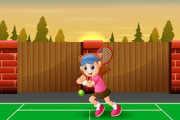 Schönes mädchen, das tennis am gericht spielt