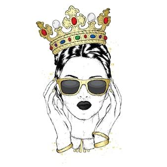 Schönes mädchen in krone und brille