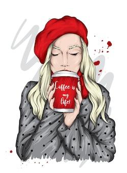 Schönes mädchen mit einem glas kaffee.