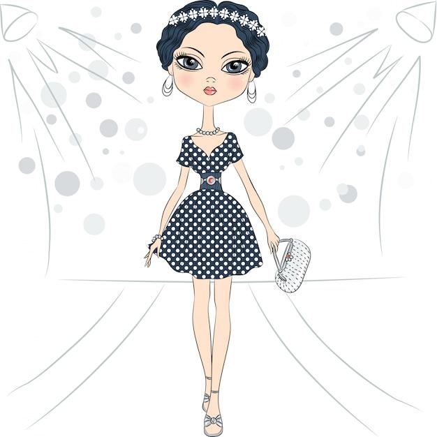 Schönes mode-mädchen-topmodel in einem eleganten kleid mit tupfenmuster und mit clutch auf dem laufsteg