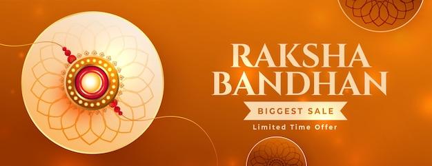 Schönes raksha-bandhan-verkaufsbanner mit realistischem rakhi und schönen farben