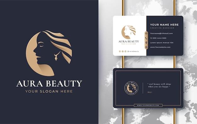 Schönheitsfrauen stellen logoentwurf mit visitenkarte gegenüber