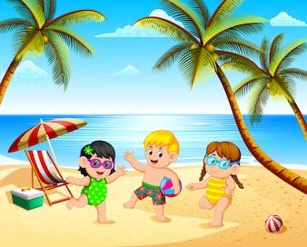 Schöne Aussicht mit drei Kindern spielen am Strand unter dem blauen Himmel