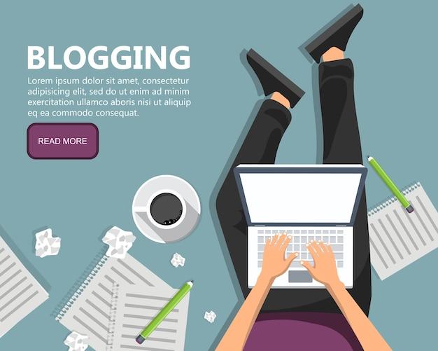 Schreiben einer geschichte oder kolumne für eine zeitung oder ein magazin. mann sitzt auf dem boden und hält laptop in seinem schoß.