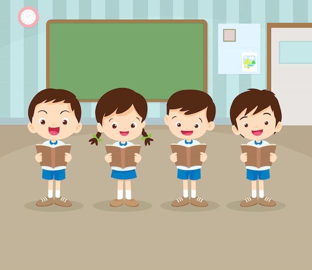 Schüler junge und mädchen lesen ein buch im klassenzimmer
