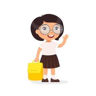 Schülerin kleines glückliches schulmädchen kind mit brille, das rucksack im arm hält