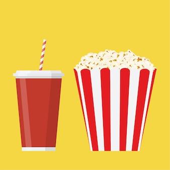 Schüssel voller popcorn und glas getränk.