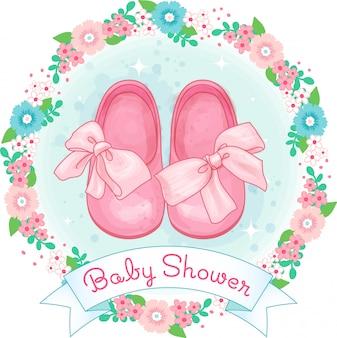 Schuhe des kleinen mädchens, babyparty mit bogen und blumenkranz