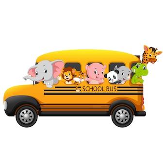 Schulbus gefüllt mit tieren
