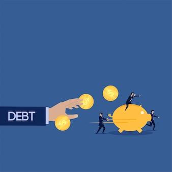 Schulden versuchen, geschäftsteam mit sparschweinmünze zu fangen