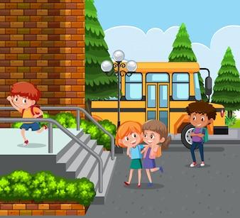 Schüler kommen mit dem Schulbus zur Schule