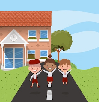 Schulgebäude mit zwischen verschiedenen rassen kindern in der straßenszene