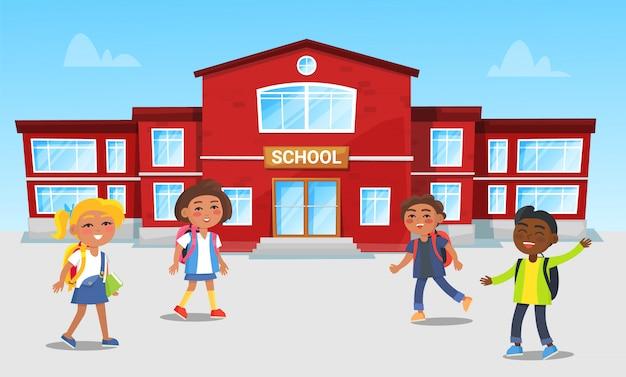 Schulgebäude und kinder, die spiele am bruch spielen