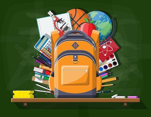 Schulgrüne tafel mit rucksack. schreibwaren in der studententasche. bücher, farbe, apfel, taschenrechner, kugelschreiber, bleistift, lineal. bildung und studium lernen. vektorillustration im flachen stil