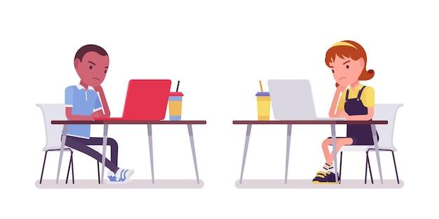 Schuljunge und -mädchen am schreibtisch, der mit computer arbeitet
