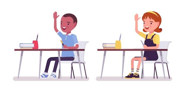 Schuljunge und -mädchen am schreibtisch, die hände heben, um fragen im unterricht zu beantworten. nette kleine kinder im studium, aktive junge kinder, kluge grundschüler, 7, 9 jahre alt. vektor-flache cartoon-illustration