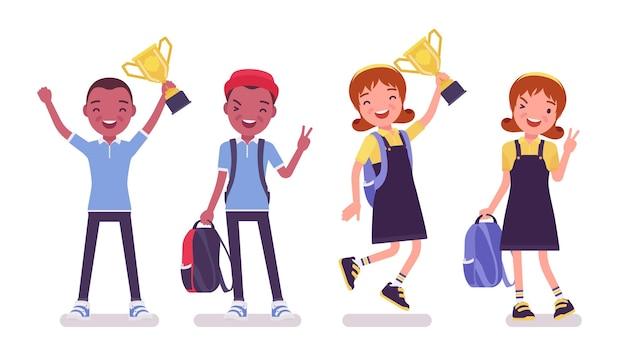 Schuljunge und -mädchen in einer freizeitkleidung, die mit trophäenbecher steht