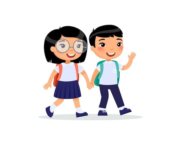 Schulkameraden, die zur schule flach gehen. paarschüler im einheitlichen händchenhalten lokalisierten zeichentrickfilm-figuren. glückliche grundschüler mit rucksack zurück zu schule nach feiertagen