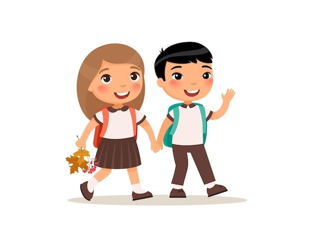 Schulkameraden, die zur schule gehen mädchen und jungen, die händchen halten, glückliche grundschüler